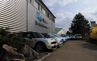 Frontansicht Hauptquartier von Maillard-Bedachungen inklusive Fahrzeugflotte