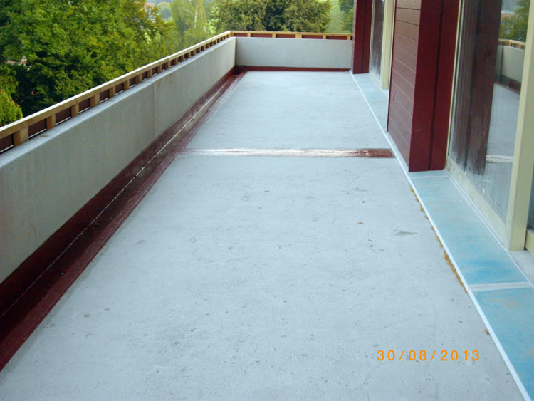 Das Material eignet sich als Abdichtung besonders für den Einsatz auf engen Flächen wie Balkonen und Terrassen.